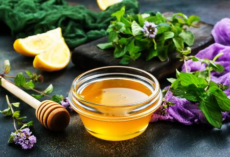 Foto de aroma herb and honey on a table - Imagen libre de derechos