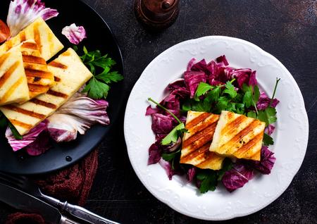 Photo pour Grilled Halloumi Cheese salad with fresh vegetables - image libre de droit