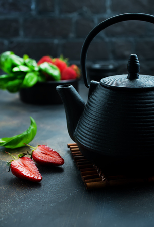 Photo pour Tea with fresh basil and strawberry, fresh herbal tea - image libre de droit