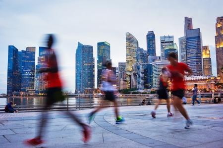 Foto de People runing in the evening in Singapore - Imagen libre de derechos
