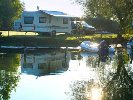 Foto de Camping site on a lake with caravans and boats - Imagen libre de derechos