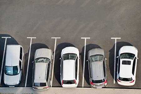 Foto de View from above of car parking full of vehicles. - Imagen libre de derechos