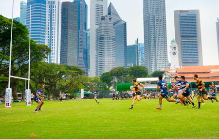Photo pour SINGAPORE - JAN 16, 2017: Two amateur rugby team play rugby in Singapore. Singapore Downtown on te background - image libre de droit