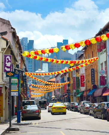 Foto de SINGAPORE - FEBRUARY 17, 2017: Chinatown street in Singapore with traditional decorations. Chinatown is the historical district and famous tourist destination. - Imagen libre de derechos
