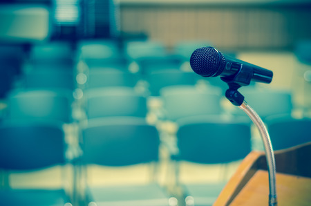 Foto de Microphone on the speech podium over the Abstract blurred photo of conference hall or seminar room background - Imagen libre de derechos