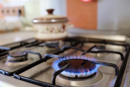 Foto de gas burning from a kitchen gas stove - Imagen libre de derechos