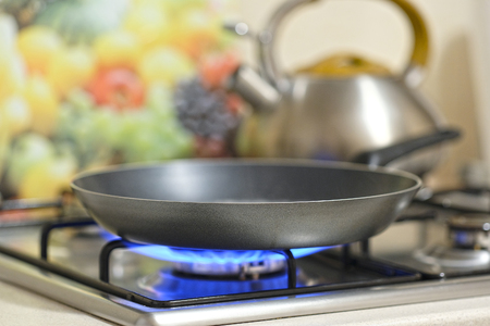 Photo pour frying pan on a stove - image libre de droit