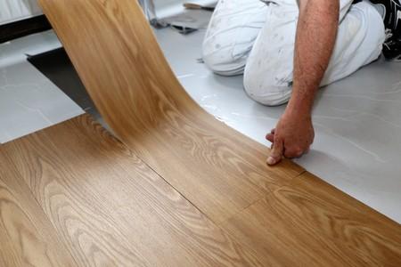 Photo pour Man laying PVC floor - image libre de droit