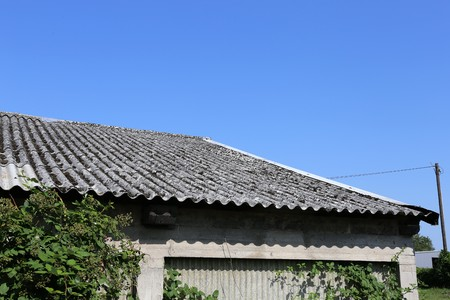 Photo pour Old building with asbestos roof - image libre de droit