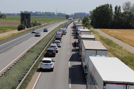 Foto de Traffic jam with rescue lane on german motorway (07/19/17, A 61 near Speyer, Rhineland-Palatinate) - Imagen libre de derechos