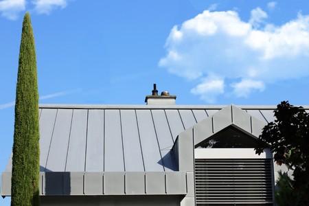 Foto de Residential home with metal roof - Imagen libre de derechos