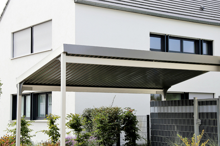 Foto de Aluminum carport on residential home - Imagen libre de derechos