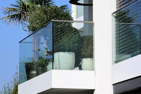 Foto de Balcony railing with glass and stainless steel - Imagen libre de derechos
