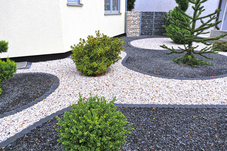Photo pour Modern front garden with decorative gravel - image libre de droit