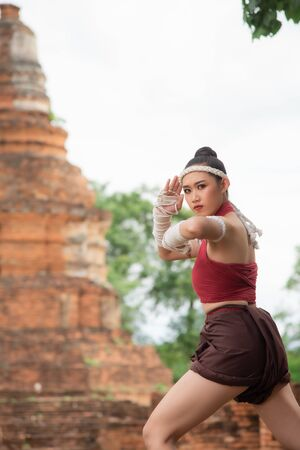 Photo pour Thai Boxing Women prepare to training boxing and kickboxing for exercise at the old temple. - image libre de droit