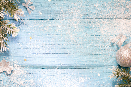 Foto de Snow and fir abstract christmas blue wooden background - Imagen libre de derechos