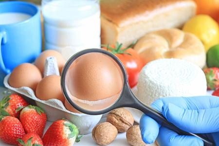 Foto de Allergy food abstract concept with examining doctor and magnifier - Imagen libre de derechos