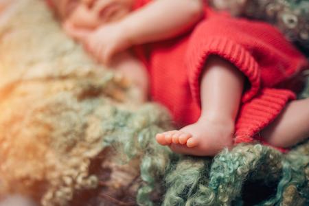 Foto de small legs of sleeping newborn baby - Imagen libre de derechos