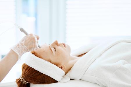 Photo pour Woman getting face peeling procedure in beauty centre. Facial gas liquid peeling - image libre de droit