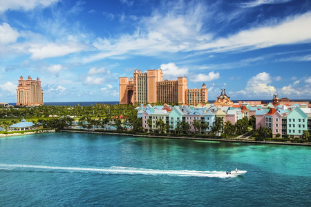 Foto de Beautiful scene of speed boat, ocean, colorful houses and a hotel in Nassau, Bahamas on a summer sunny day - Imagen libre de derechos