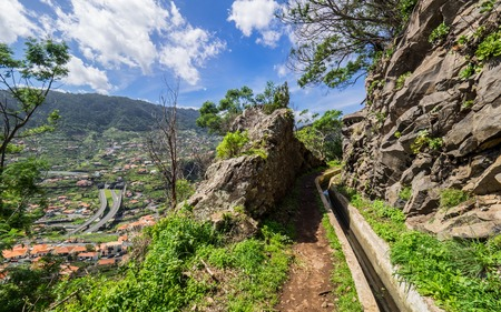 Photo pour Walking alona a Levada in Madeira, Portugal - image libre de droit