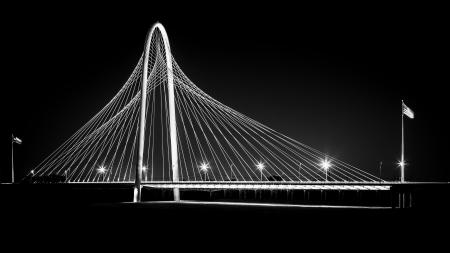 Photo pour Margaret Hunt Hill bridge by night in Dallas, USA  Margaret Hunt Hill Bridge is a Santiago Calatrava-designed bridge built over the Trinity River  - image libre de droit