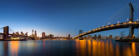 Photo pour Dusk panorama with the downtown New York City skyline and the  Two Bridges   Brooklyn Bridge and Manhattan Bridge  viewed from Brooklyn Bridge Park, across the East River  - image libre de droit