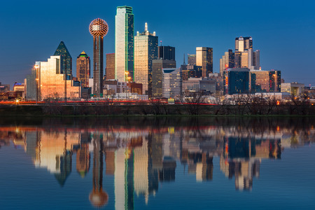 Foto de Dallas skyline reflected in Trinity River at sunset - Imagen libre de derechos