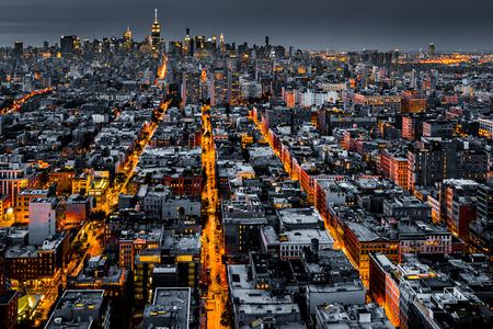Foto de Aerial view of New York City at night with illuminated avenues converging towards midtown. - Imagen libre de derechos