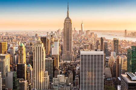 Foto de Aerial view of the New York skyline on a sunny afternoon - Imagen libre de derechos
