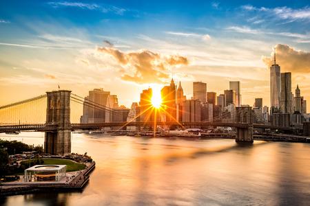 Photo pour Brooklyn Bridge and the Lower Manhattan skyline at sunset as viewed from Manhattan Bridge - image libre de droit