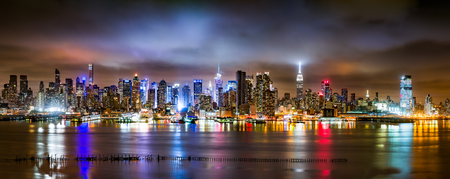 Photo pour New York City Panorama on a cloudy night as viewed from New Jersey across the Hudson River - image libre de droit