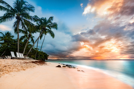 Photo pour Exotic long exposure seascape with palm trees at sunset, on a public beach in Cayo Levantado, Dominican Republic - image libre de droit
