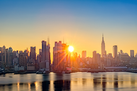 Foto de Midtown Manhattan skyline at sunrise, as viewed from Weehawken, along the 42nd street canyon - Imagen libre de derechos