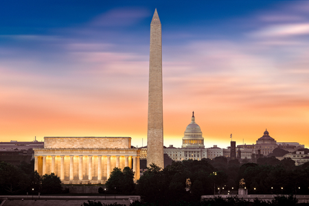 Photo pour New Dawn over Washington - with 3 iconic monuments illuminated at sunrise: Lincoln Memorial, Washington Monument and the Capitol Building. - image libre de droit