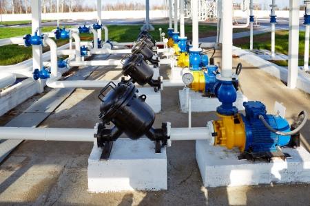 Photo pour pipes, pump and filter at an oil storage - image libre de droit