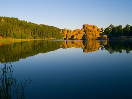 Photo pour Early morning from the shore of Sylvan Lake in the Black Hills of South Dakota  - image libre de droit