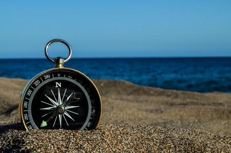 Foto de Photo Picture of  a Compass on the Sand Beach - Imagen libre de derechos