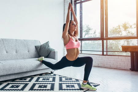 Photo pour Fit woman doing front forward one leg step lunge exercises workout - image libre de droit