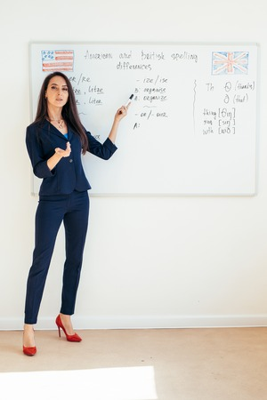 Foto de Young business woman in front of whiteboard - Imagen libre de derechos