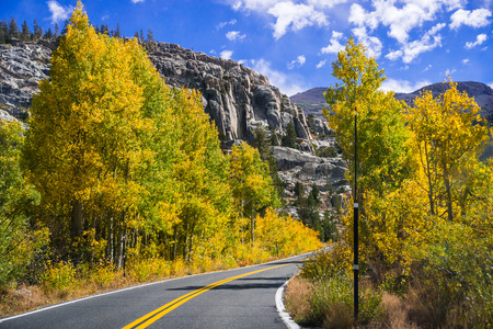 Photo pour Driving through the Sonora Pass in the Eastern Sierra mountains on a sunny fall day; California - image libre de droit