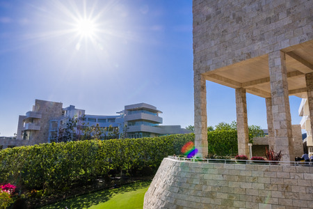 Foto de June 8, 2018 Los Angeles / CA / USA - Landscape at modern Getty Center; medieval looking colonnade and walls covered in travertine in the foreground; designed by Richard Meier; - Imagen libre de derechos