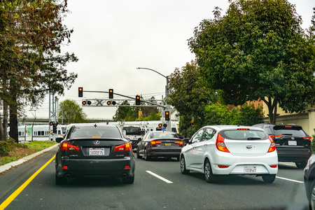 Photo pour March 1, 2019 Mountain View / CA / USA - Cars waiting at a barrier for a VTA Train to pass in south San Francisco bay; VTA Light Rail is a system serving San Jose and other cities in Silicon Valley - image libre de droit