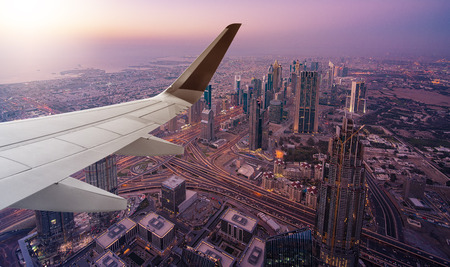 Foto de aerial view of Dubai seen from an airplane with wing in front - Imagen libre de derechos