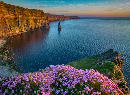 Photo pour Ireland countryside tourist attraction in County Clare. The Cliffs of Moher and castle Ireland. Epic Irish Landscape Seascape along the wild atlantic way. Beautiful scenic nature hdr Ireland. - image libre de droit
