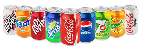 Foto de Group of various brands of soda drinks in aluminum cans isolated on white with clipping path. Brands included in this group are Coca Cola, Pepsi, Sprite, Fanta, 7up, Mirinda, Dr Pepper - Imagen libre de derechos