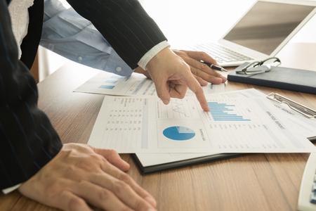 Foto de Executives are discussing the financial results of the Company for the marketing plan. - Imagen libre de derechos
