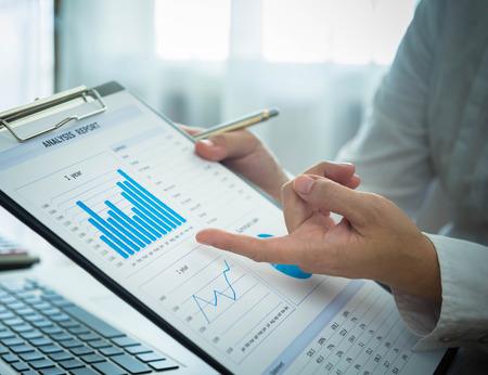 Foto de Businessmen are analyzing market data to clients or partners have been informed. - Imagen libre de derechos