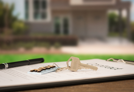 Photo pour closeup house key on contract document with house key in house background. - image libre de droit