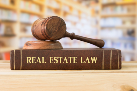 Foto de real estate law books and a gavel on desk in the library. concept of legal education. - Imagen libre de derechos